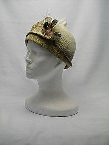 Čiapky - Biely vlnený Cloche klobúk s pávím pierkom - 9071339_