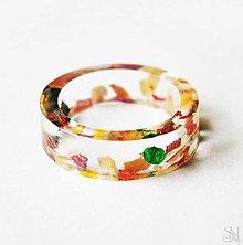 Prstene - Jemný živicový prsteň s farebnými lupienkami kvetov - 9072216_