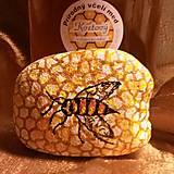 Včela na medovom pláste - kameň