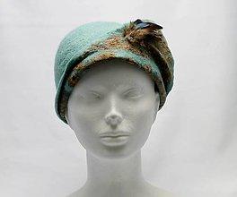 Čiapky - Zeleno modrý Cloche ručne plstený klobúk s vtáčími pierkami - 9073826_