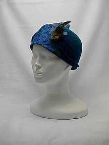 Čiapky - Cloché modrý plstený klobúk s pierkom - 9078270_