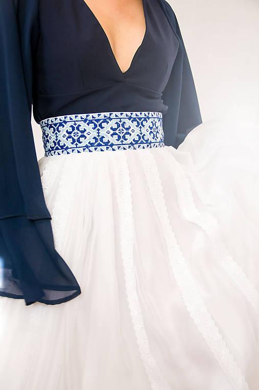 Sukňa s madeirou a modrou výšivkou