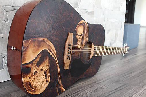 Gitara s ručne vypáleným motívom