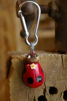 Kľúčenky - Kľúčenka LIENKA - lieskový orech - 9078405_