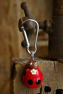 Kľúčenky - Kľúčenka LIENKA - lieskový orech - 9078476_