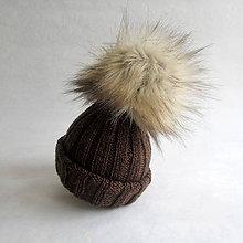 Detské čiapky - Pletená čiapka s kožušinovým brmbolcom - hnedá - 9082458_