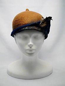 Čiapky - Hnedo modrý Cloché klobúk s pierkom - 9085022_