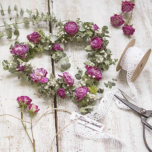 Dekorácie - Kvetinové srdce Ruže a eukalyptus - 9084934_