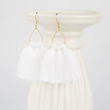 Náušnice - Zlaté náušnice s bielymi strapčekmi - 9086684_