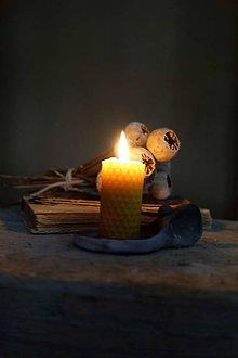 Svietidlá a sviečky - sviečka z včelieho vosku- krútená malá - 9085283_