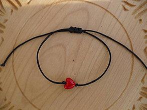 Náramky - jednoduchý šnúrkový náramok so srdcom - 9087133_