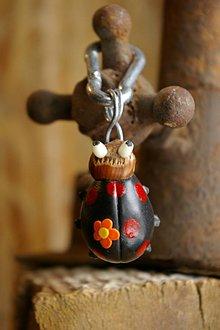 Kľúčenky - Kľúčenka LIENKA - lieskový orech - 9088778_