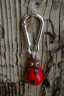 Kľúčenky - Kľúčenka LIENKA - lieskový orech - 9089150_
