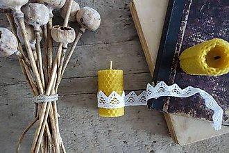 Svietidlá a sviečky - sviečka z včelieho vosku- krútená malá s čipkou1 - 9088752_