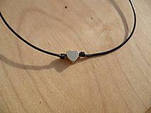 - jednoduchý šnúrkový náramok so srdcom (Čierna) - 9087514_