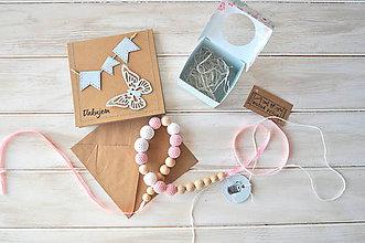 Náhrdelníky - sada, háčkovaný náhrdelník+pozdrav, v bielo-ružovej kombinácii - 9095419_
