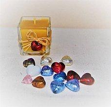 Svietidlá a sviečky - Sviečka z včelieho vosku v skle so srdiečkom - 9095567_