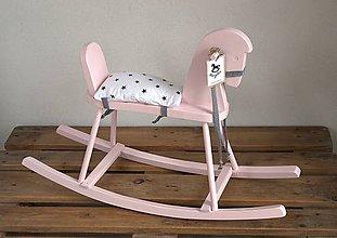 Hračky - Ružový drevený hojdací koník - 9100468_