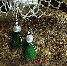 Náušnice - perleťové kvapky v zelenej - 9102217_