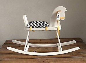 Hračky - Biely drevený hojdací koník - 9104082_