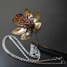 Náhrdelníky - Náhrdelník mosadzná kinetická kvetina - 9111096_