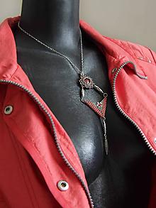 Náhrdelníky - Šitý šedo-červený geometrický prívesok na retiazke - 9111343_