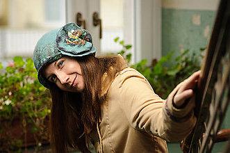 Čiapky - Bledomodrý klobúk s kvetom z merino vlny - 9111653_