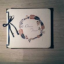 Papiernictvo - Fotoalbum klasický, papierový obal so štruktúrou plátna a ľubovoľnou potlačou (Fotoalbum klasický, papierový obal so štruktúrou plátna a  potlačou venčeka z pierok) - 9113428_