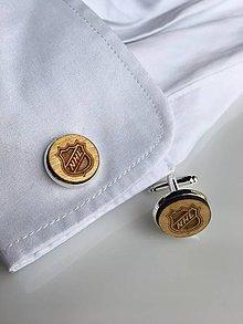 Doplnky - Drevené manžetové gombíky s gravírovaním loga na mieru - 9118065_