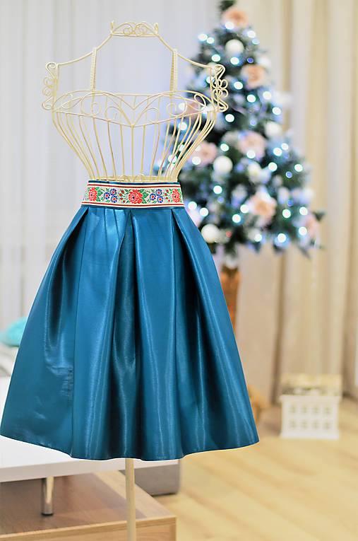 KRÁTKA skladaná sukňa s folklórnym pásom
