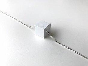Náhrdelníky - Betónový prívesok PURE - baby CUBE 20 - na striebornej retiazke (Biela) - 9121219_