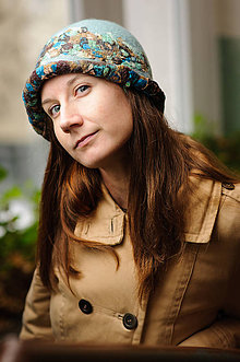 Čiapky - Vlnený modrý klobúk s pestrou mozaikou z hodvábu - 9124381_