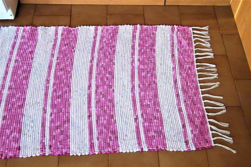 Tkaný koberec ružovo-biely