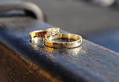 Prstene - Tepané obrúčky žlté ploché - 9131128_