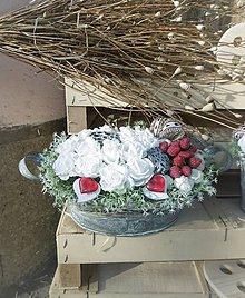 Dekorácie - biele ruže s príchuťou malín v košíčku - 9132901_