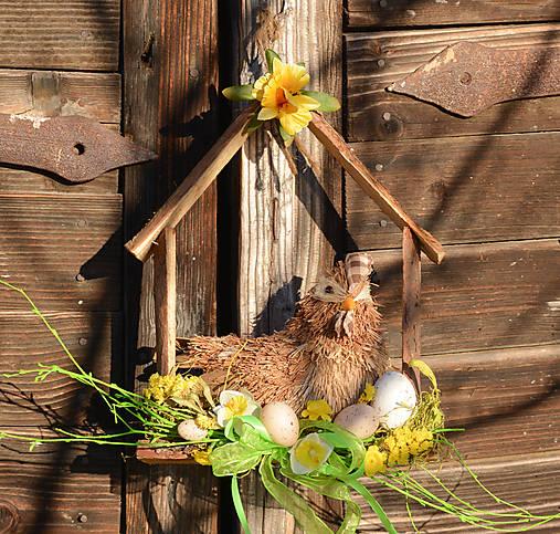 Jarný drevený domček so sliepočkou