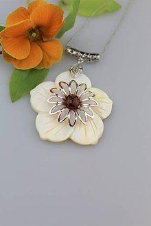 Náhrdelníky - Jantárový kvet - prívesok perleť a jantár - 9138252_