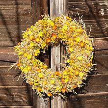 Dekorácie - Žltý slamený veniec na dvere - 9135225_