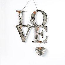 Dekorácie - Nápis LOVE na zavesenie v industriálnom štýle s čiernou patinou a hrdzou - 9135388_