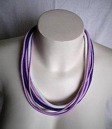 Náhrdelníky - Fialovo-biely náhrdelník z priadzí - 9139683_