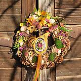 Dekorácie - Jarný šiškový veniec so sliepočkou - 9143940_