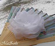 textilná brošňa v bielom