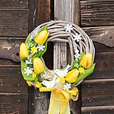 Jarný žltý venček na dvere s vtáčikmi