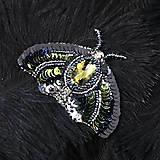 Odznaky/Brošne - Brošňa Nočný motýľ z flitrov a korálkov - 9144786_