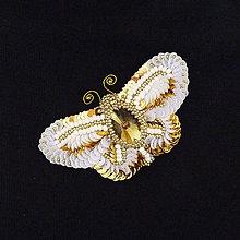 Odznaky/Brošne - Brošňa bielo-zlatý motýľ z flitrov a korálkov - 9144809_