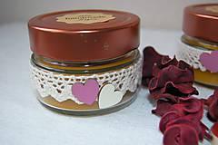 Svietidlá a sviečky - Sviečka z včelieho vosku v skle so srdiečkami - 9146837_