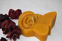 Sviečka z včelieho vosku ruža s motýľom