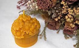 Svietidlá a sviečky - Sviečka z včelieho vosku košík s kvetmi - 9149382_