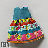 - Pestrofarebné šaty s tyrkysovým sedlom - 9147704_