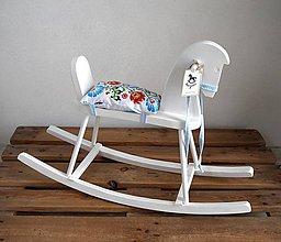 Hračky - Biely drevený hojdací koník - 9153282_